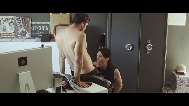 Возбужденный самец отымел свою коллегу в пилотку на рабочем столе #4