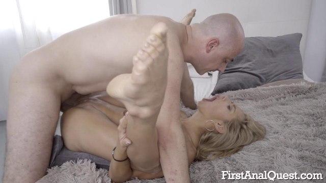 Лысый мачо трахнул блондинку в анал и облил ее пилотку спермой #7