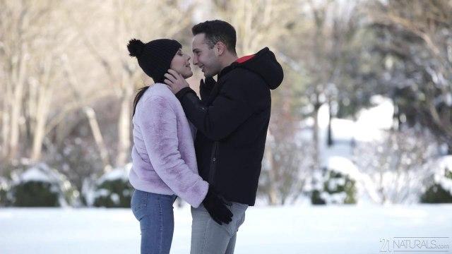 Девка готова сосать член своего парня даже зимой на улице #1