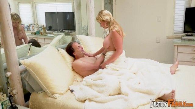 Развратная телка сосет член отчима, пока ее мамаша крепко спит #1