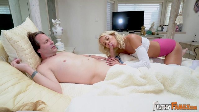 Развратная телка сосет член отчима, пока ее мамаша крепко спит #4