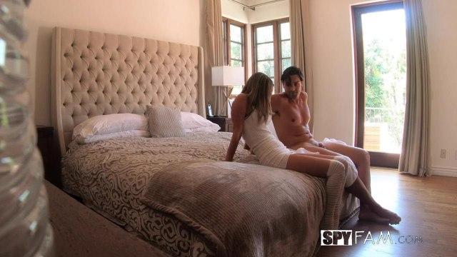 Блондинка трахается с молодым любовником своей мамаши на ее кровати #2