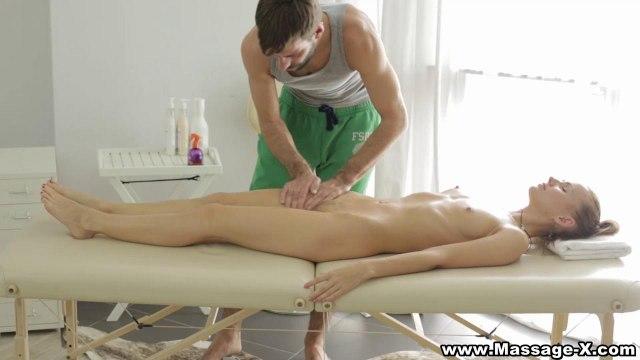 Девушка захотела на массаже принять между половых губок большой хрен мастера #2