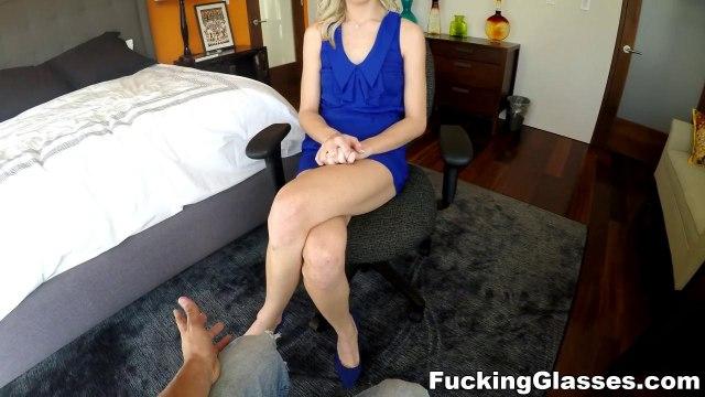 Актрисе в синем платье понравилось делать горловой минет на собеседовании #2
