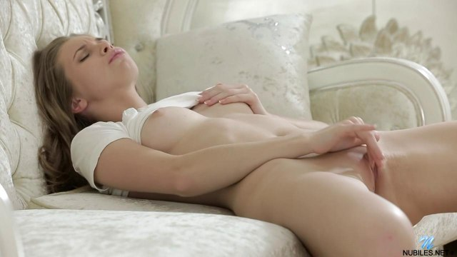 Деваха на белоснежной софе довела рукой клиторок до оргазма #4