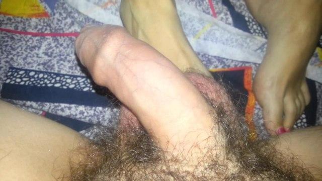 Деваха ногами массирует маленький кривой пенис толстяка на кровати #1
