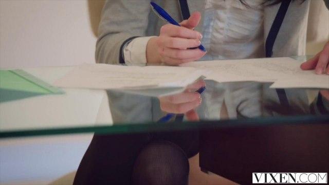 Репетитор на стеклянном журнальном столике дерет студентку в синей юбке в писюшку #1