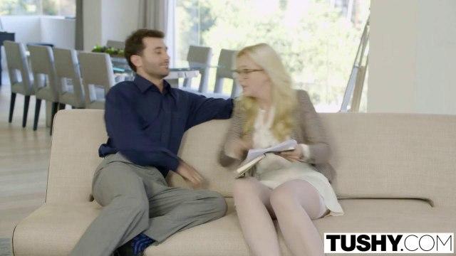 Директор привез с работы секретаршу и отодрал в нежное очко на сером диване #3