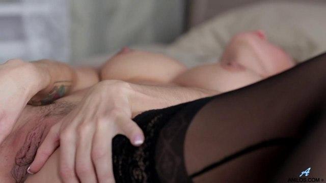 Матюрка с висячими сиськами в чулках мастурбирует и сцыт под себя от удовольствия #9
