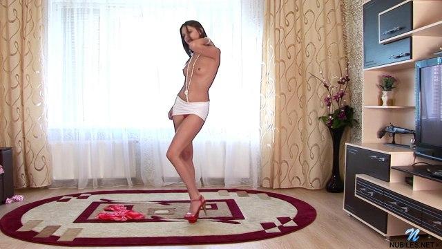 Красавица на красных каблуках подрочила на полу на ковре промежность #2
