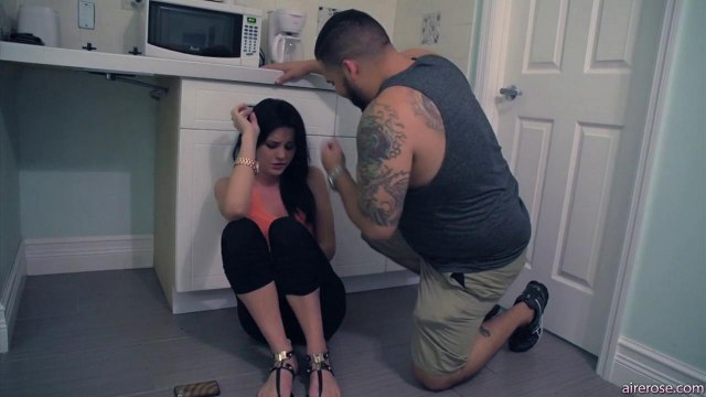 Девушка в туалете отсасывает бритый член лучшего друга парня #1