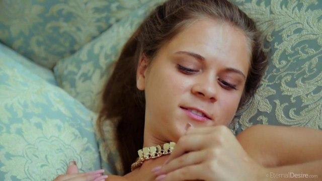 Русская с голубым ожерельем сует несколько пальчиков сразу в писю #8