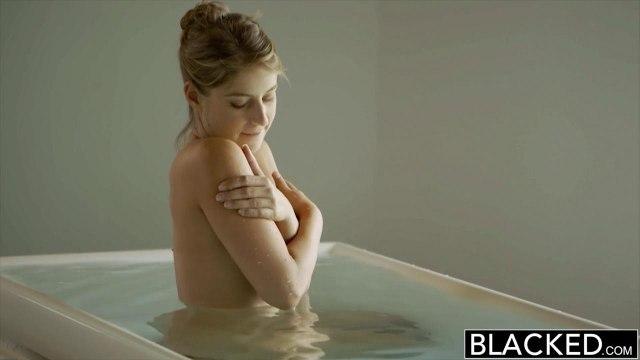 Негр увидел голую белую модель в ванне и сразу захотел ее красиво выебать #2