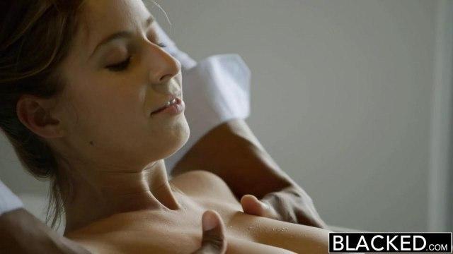 Негр увидел голую белую модель в ванне и сразу захотел ее красиво выебать #3