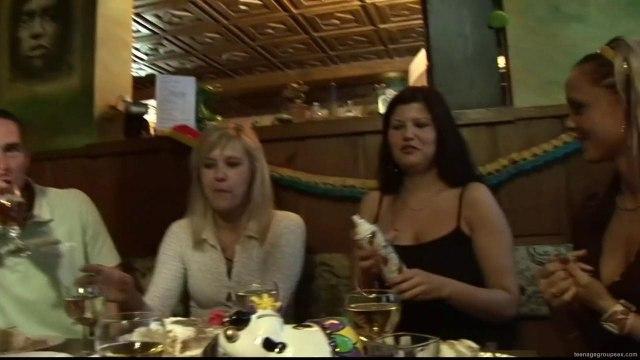 Две пьяные туристки в ресторане занялись групповушкой с мужчинами #1