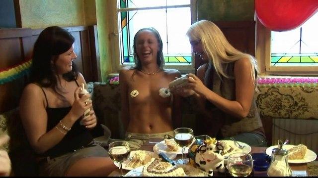 Две пьяные туристки в ресторане занялись групповушкой с мужчинами #2