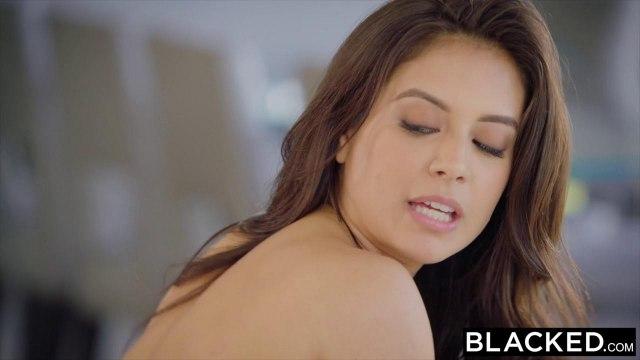 Красотка в черных чулочках давится во время минета огромной палкой негра #5
