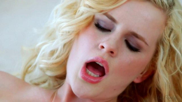 Блондинка мнет торчащие сиськи на кровати и хочет размять рукой писечку #7